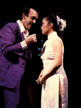 Jonathan Pryce as the Engineer and Lea Salonga as Kim in the original production of MISS SAIGON